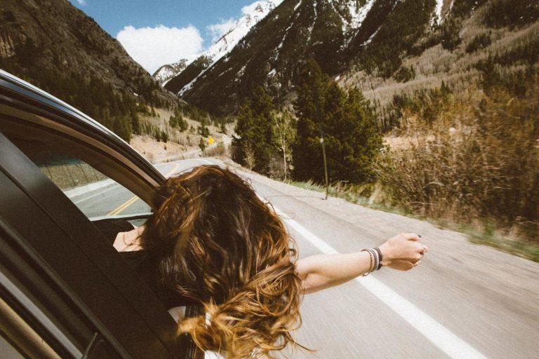 Wynajem aut oferuje podróżowanie po niższych kosztach
