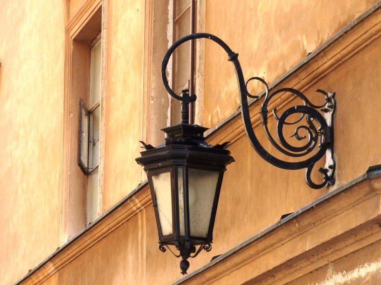 Jak wybrać stylowe lampy do zastosowania w ogrodach?