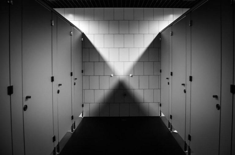 Specjaliści zajmujący się budową toalet publicznych